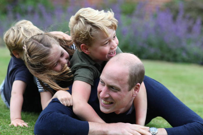 Il principe William compie 38 anni, foto coi figli scattate da mamma Kate