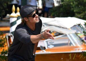 Brad Pitt distribuisce la spesa alle famiglie disagiate